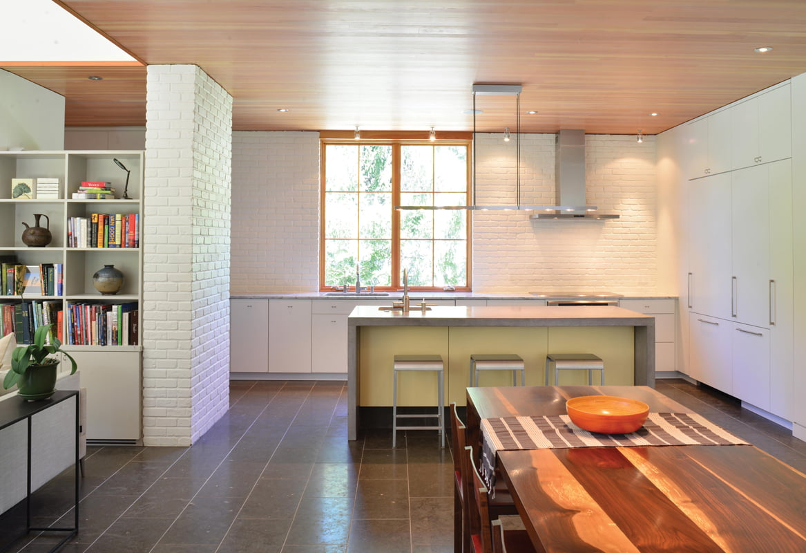 The kitchen opens to the dining area. © RICHARD WILLIAMS ARCHITECTS